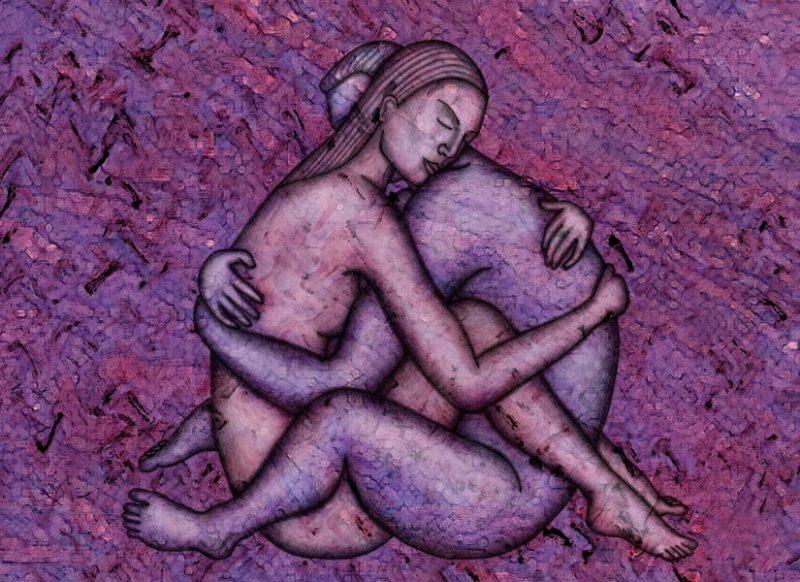 abbraccio tra uomo e donna